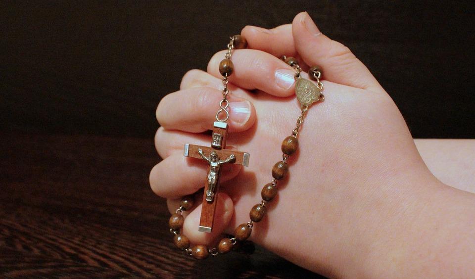 http://www.sainte-rita.net/images/sainte-rita/prieres/mains-tenant-chapelet.jpg