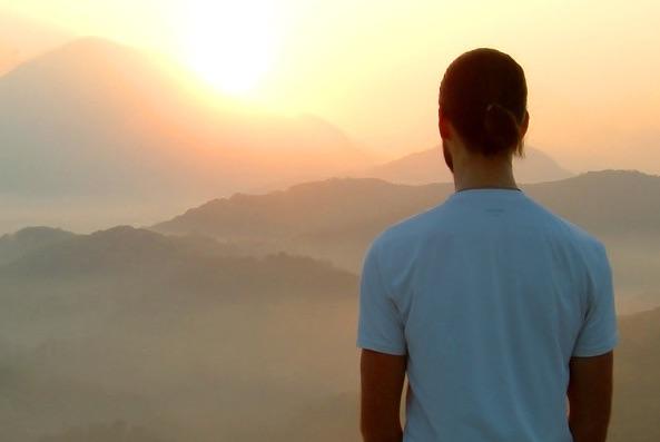 Qui n'a pas connu un jour la solitude et le sentiment d'être abandonné(e) ? Homme-meditation-montagne-soleil