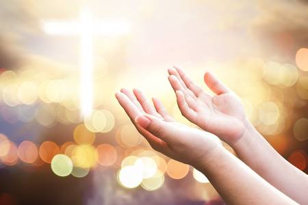 mains levees croix lumiere